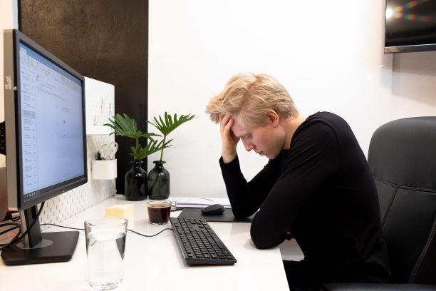 Ból kręgosłupa biuro  praca siedząca